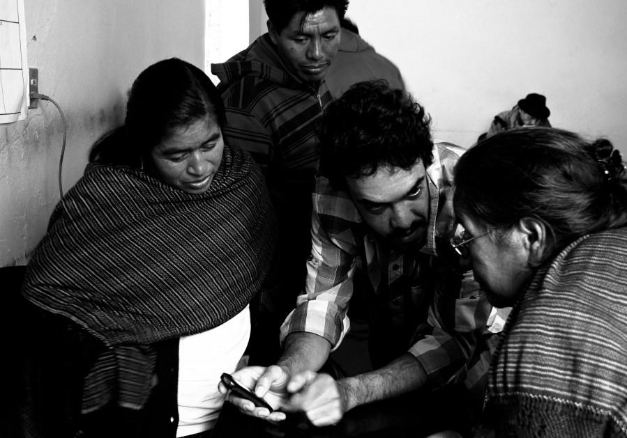 Autores do projeto de redes de celulares comunitárias em reunião com autoridades em Oxaca, no México