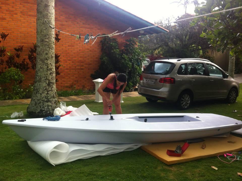 A chegada do laser Cecília comprado com  recursos da campanha de financiamento coletivo da velejadora Larissa Juk