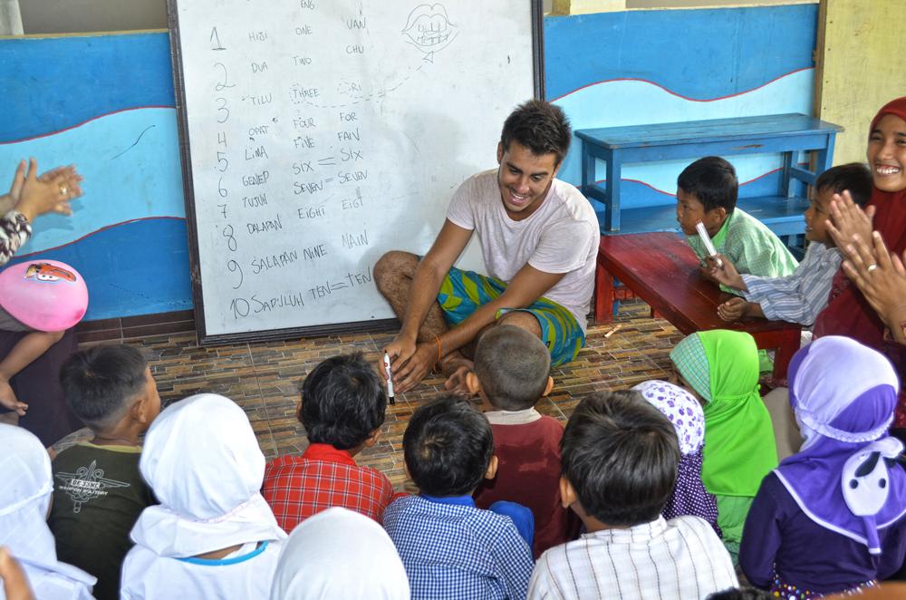 Dando aula para crianças em uma escola na Indonésia