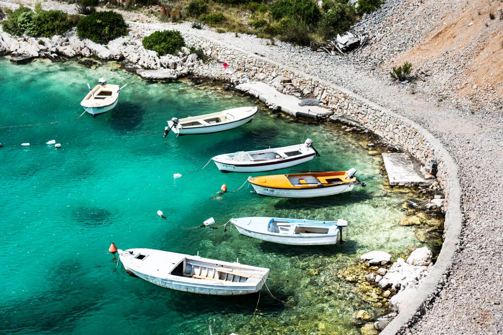 Praia na Croácia (Crédito: Viajo logo Existo)