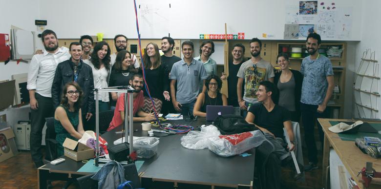 Reunião da rede Fab Lab Brasil no Garagem. À esquerda, de verde, Cláudia Bärs; mais ao centro, à direita do cabo azul e vermelho, Heloísa Neves, de preto; Eduardo Lopes, também de preto, está logo atrás do notebook.