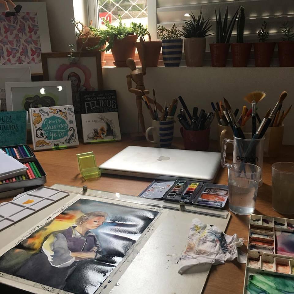 Mesa de trabalho de Manu Cunhas, vencedora do Prêmio Jabuti de Ilustração e realizadora recorrente do Catarse