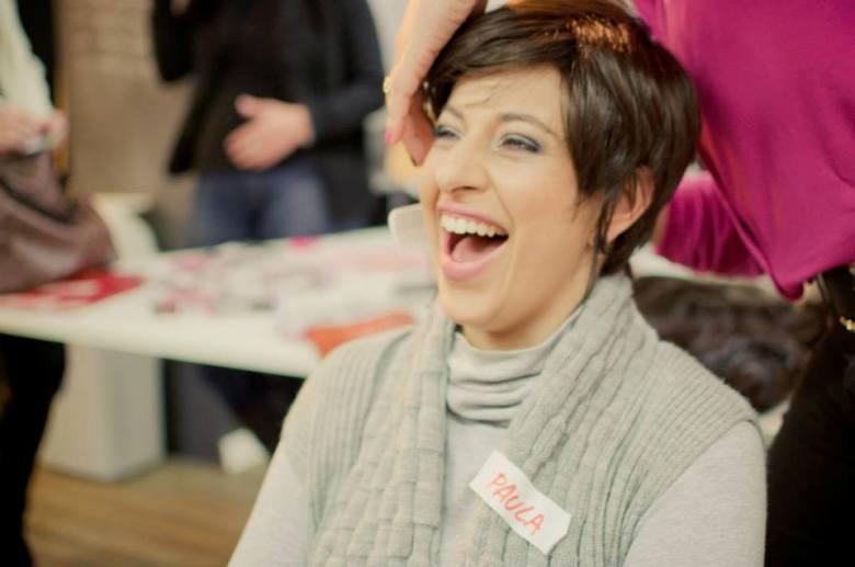 Uma das participantes do Camaleão ri do novo visual / Foto Mari Moraes Fotografia