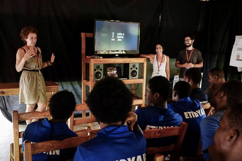 Paula Sacchetta e Peu Robles na oficina de vídeo no Haiti