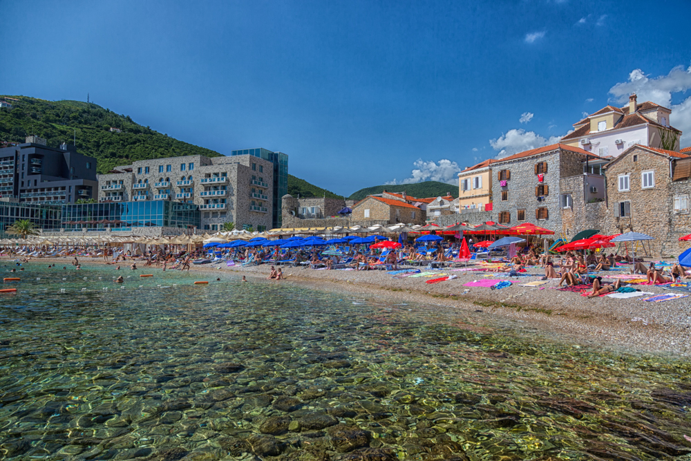Budva, em Montenegro (Crédito: Viajo logo Existo)